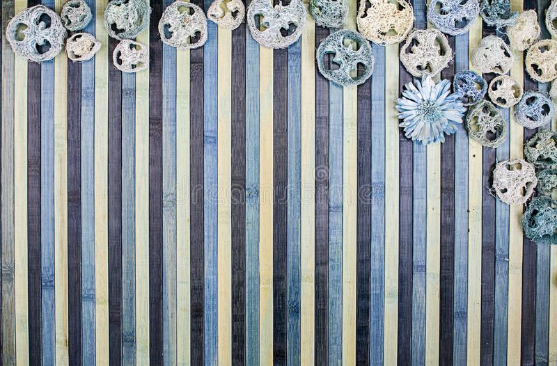 Composizione nel fondo su legno in tonalità di blu-chiaro e di blu con un contorno di corrispondenza dei potpourri royalty illustrazione gratis