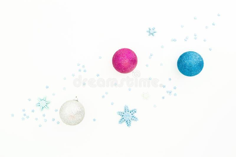 Composizione nel nuovo anno di creatività Palle di Natale e decorazioni blu su fondo bianco Disposizione piana, vista superiore immagine stock libera da diritti