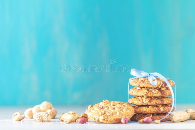 Composizione nel nuovo anno ed in Natale con i biscotti deliziosi dell'arachide fotografia stock libera da diritti