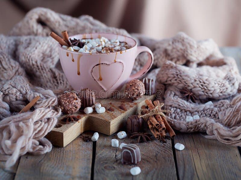Composizione nel nuovo anno o in Natale con cioccolata calda o cacao fotografia stock libera da diritti