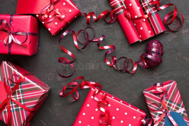 Composizione nel nuovo anno o in Natale con i contenitori di regalo fotografia stock libera da diritti