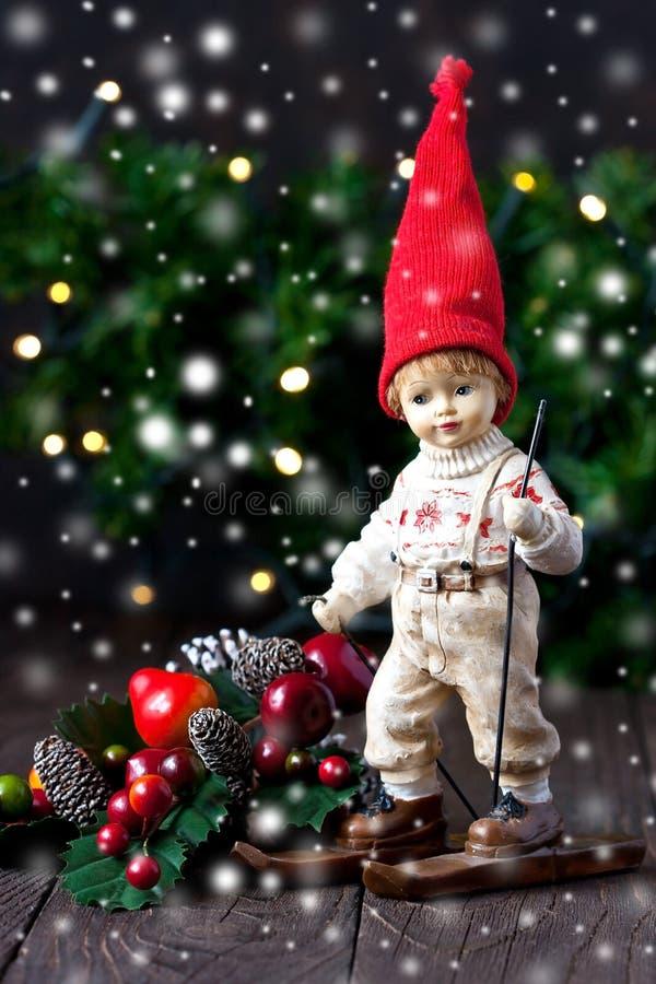 Composizione nel nuovo anno o in Natale con poca figura dell'uomo fotografia stock libera da diritti