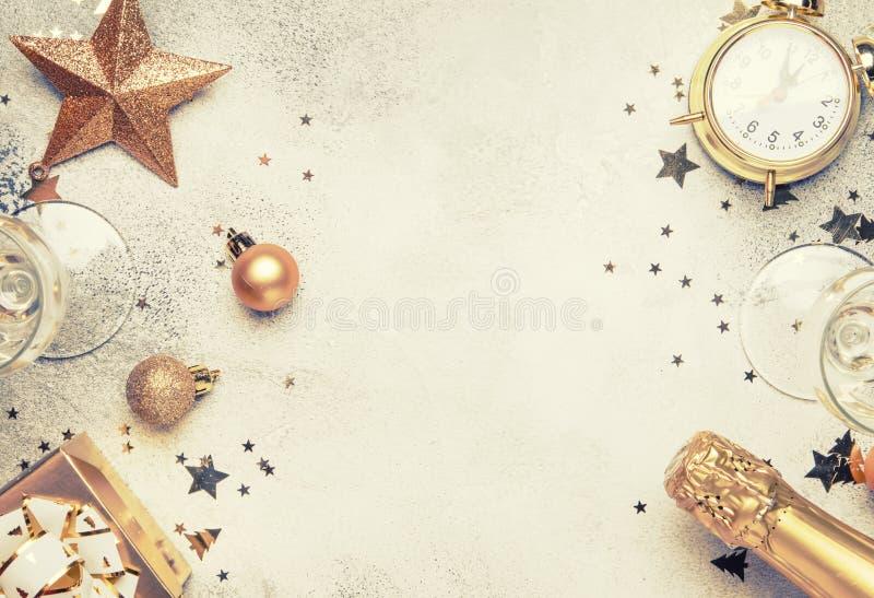 Composizione nel nuovo anno o in Natale, struttura, fondo rosa con il g fotografia stock libera da diritti
