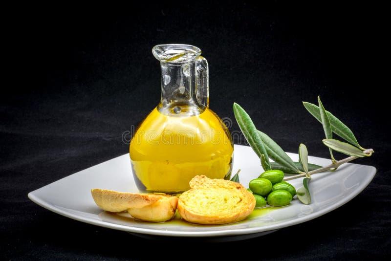 Composizione nell'oliva e nell'olio immagine stock