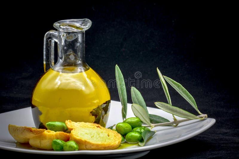 Composizione nell'oliva e nell'olio immagine stock libera da diritti