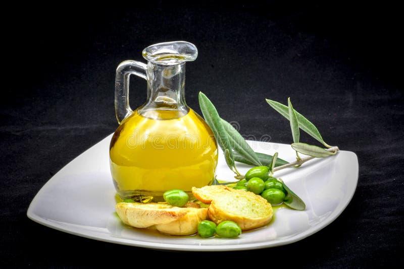 Composizione nell'oliva e nell'olio fotografia stock