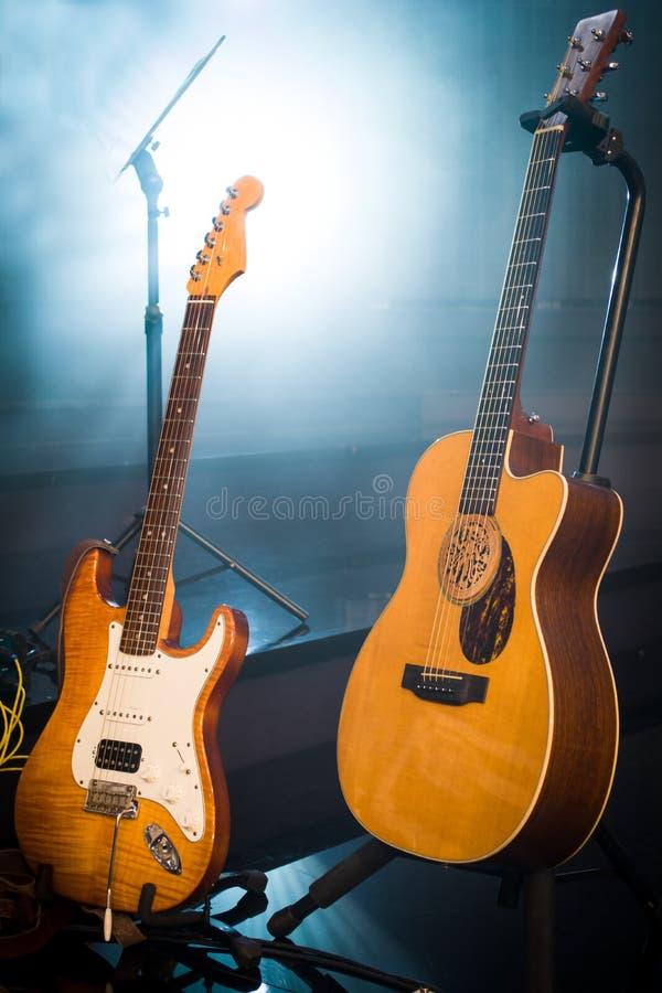 Composizione nella fase delle chitarre in una sala da concerto d'annata sul BAC della luce fotografie stock
