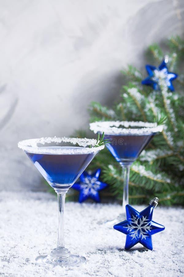 Composizione nella festa di Natale con due bevande nella neve blu di colori fotografia stock libera da diritti