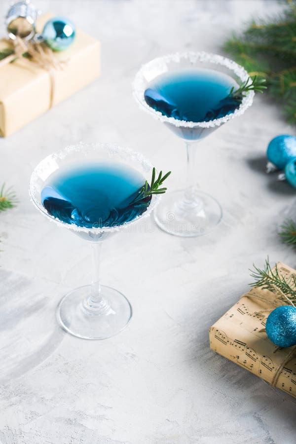 Composizione nella festa di Natale con i contenitori di regalo delle bevande nel colore blu fotografie stock