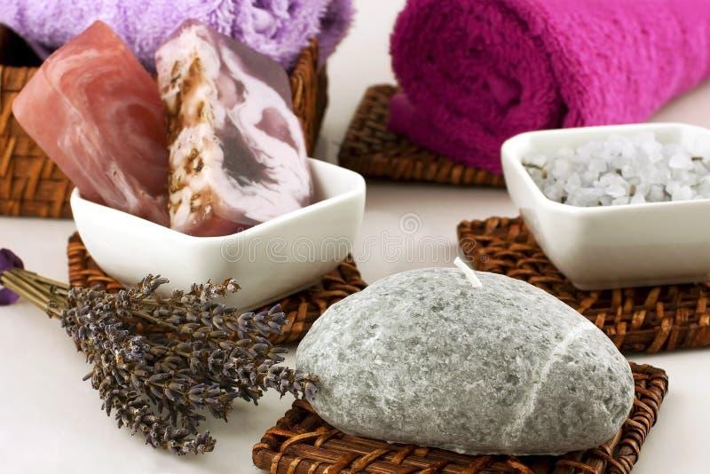 Composizione nella stazione termale con gli asciugamani di bagno, il sapone naturale ed i cristalli del sale immagine stock
