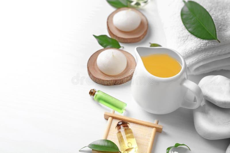 Composizione nella stazione termale con l'olio dell'albero del tè immagine stock