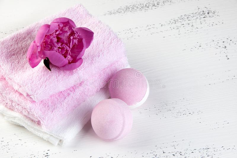 Composizione nella STAZIONE TERMALE con le bombe del bagno e la peonia rosa fotografia stock libera da diritti