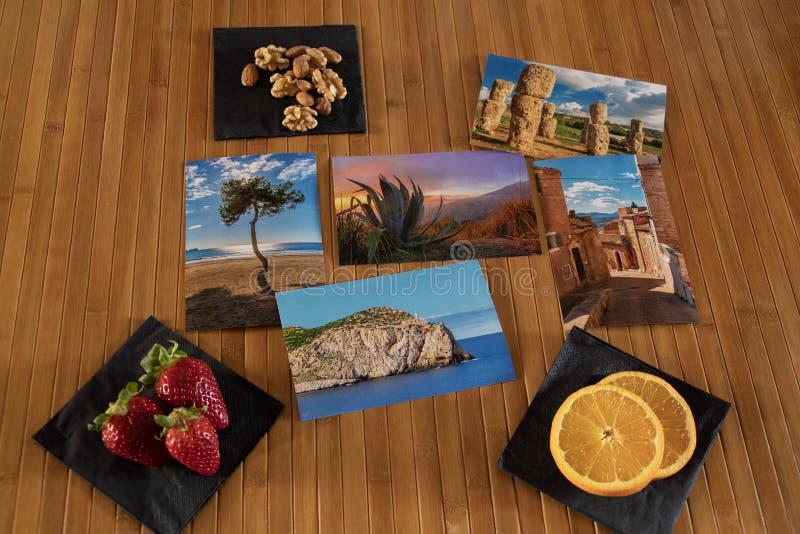 Composizione nelle cartoline con i frutti di una tavola di legno immagine stock libera da diritti