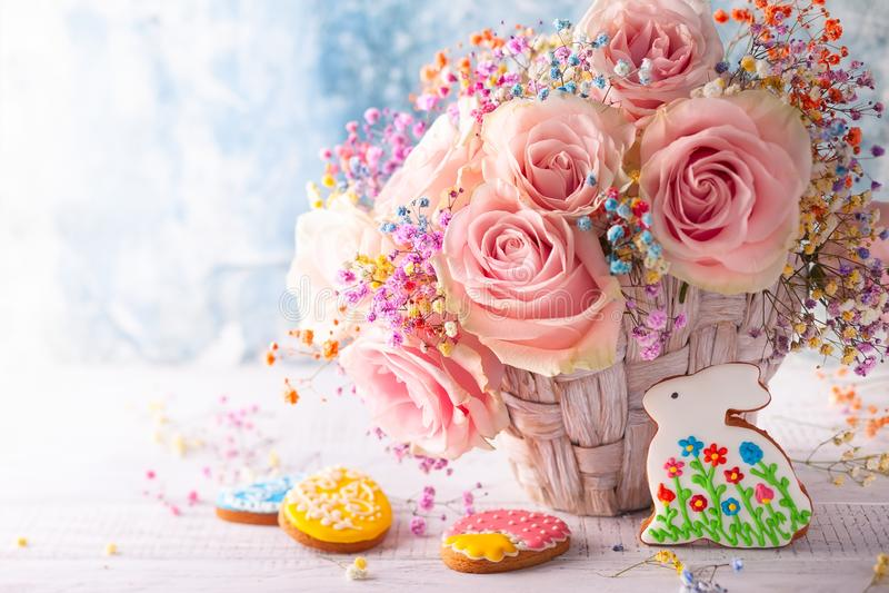 Composizione in Pasqua con i fiori ed i biscotti fotografia stock libera da diritti