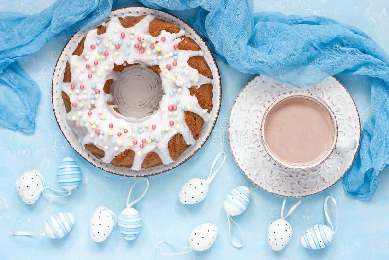 Composizione in Pasqua con la tazza saporita del cacao e del dolce fotografie stock libere da diritti