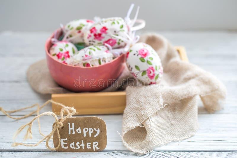 Composizione in Pasqua con le uova in una ciotola fotografia stock