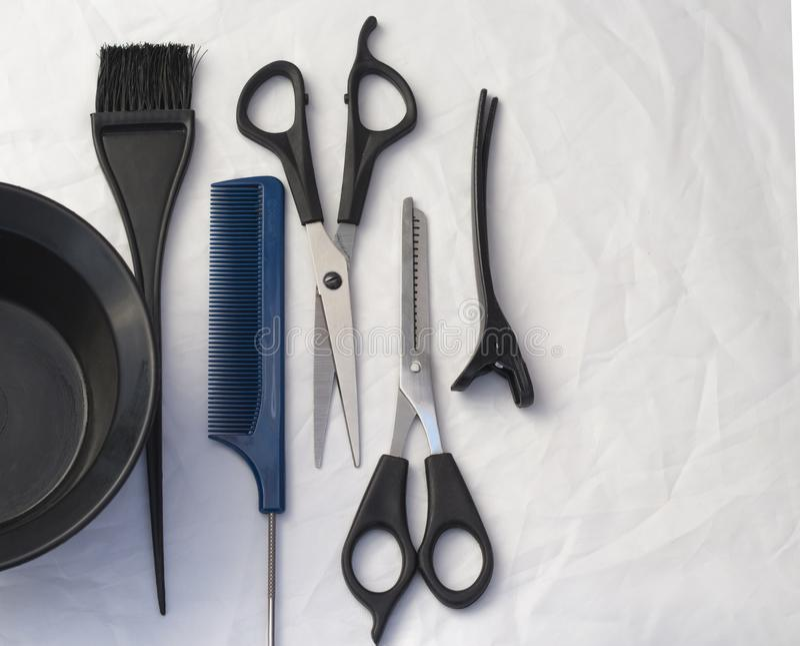 Composizione piana con gli strumenti professionali di lavoro di parrucchiere, con lo spazio della copia fotografie stock libere da diritti