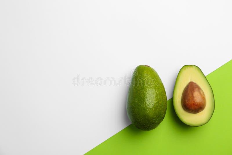 Composizione piana in disposizione con gli avocado maturi fotografie stock libere da diritti