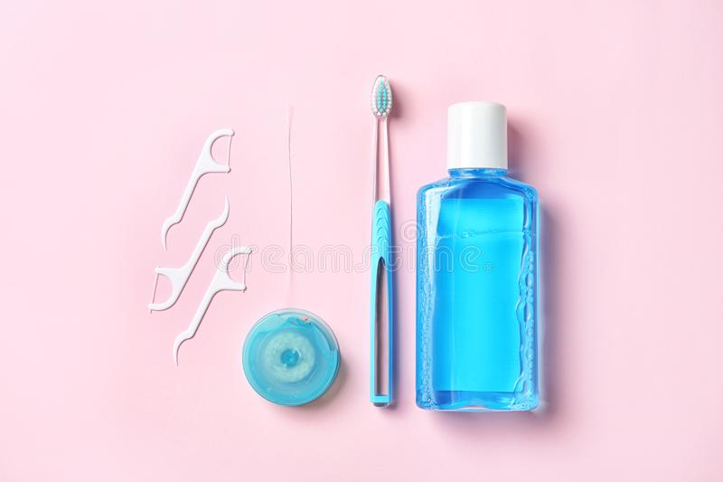 Composizione piana in disposizione con i prodotti di igiene orale e dello spazzolino da denti manuale immagine stock libera da diritti