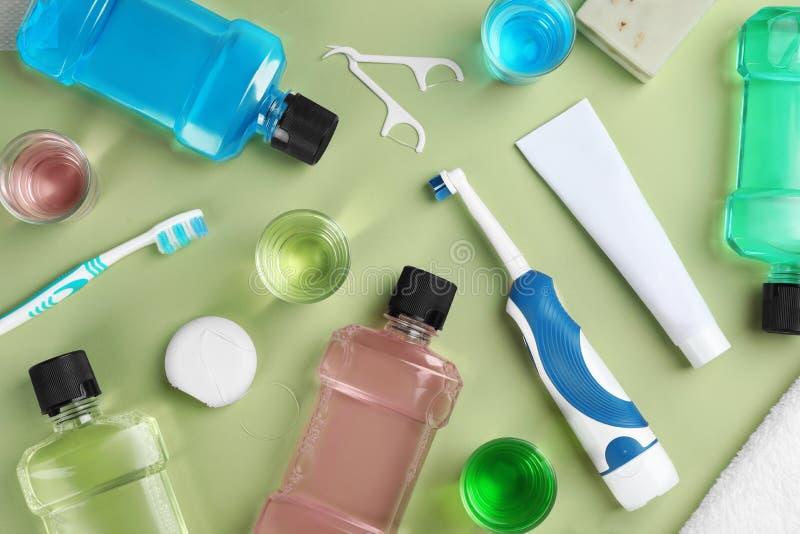 Composizione piana in disposizione con i prodotti orali di cura immagini stock libere da diritti