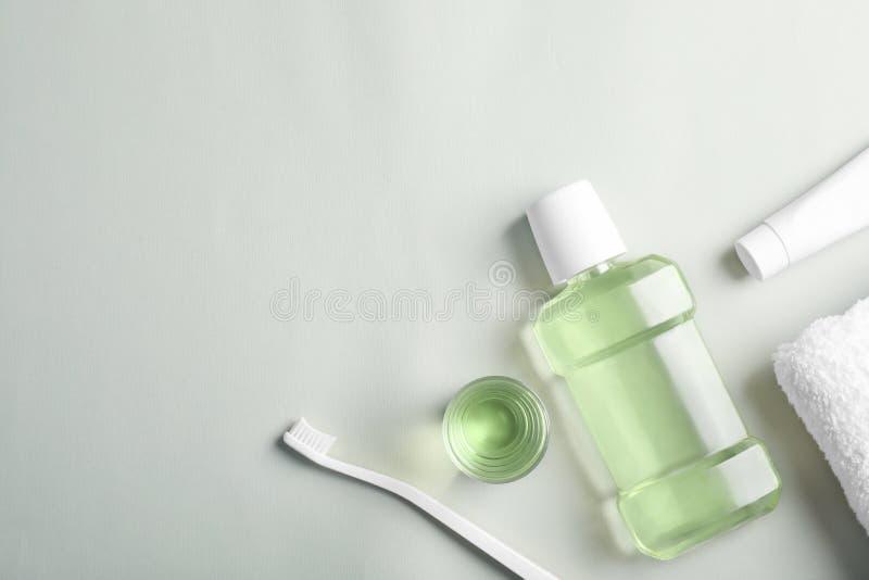Composizione piana in disposizione con i prodotti orali di cura e spazio per testo su fondo leggero immagine stock