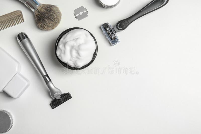 Composizione piana in disposizione con il ` s degli uomini che rade gli accessori e spazio per testo immagini stock libere da diritti