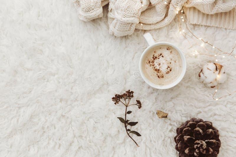 Composizione piana in disposizione con la tazza di caffè fotografia stock libera da diritti