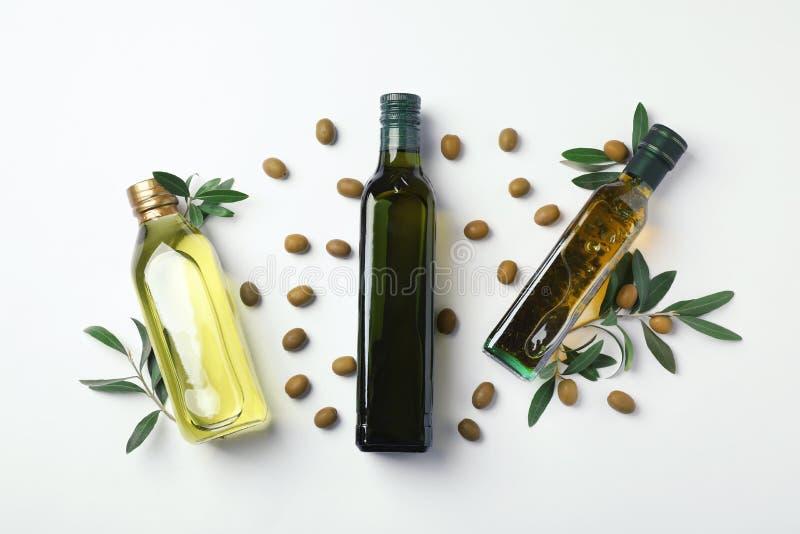 Composizione piana in disposizione con le bottiglie di olio d'oliva immagini stock libere da diritti
