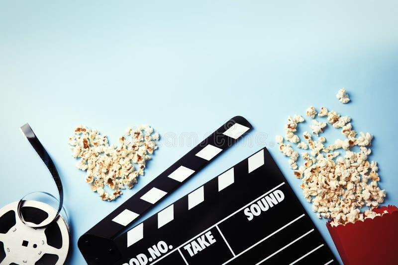 Composizione piana in disposizione con popcorn e spazio per testo sul fondo di colore immagine stock libera da diritti