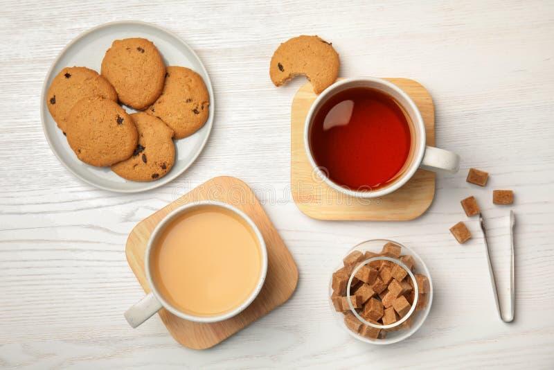 Composizione piana in disposizione con tè nero, latte fotografie stock