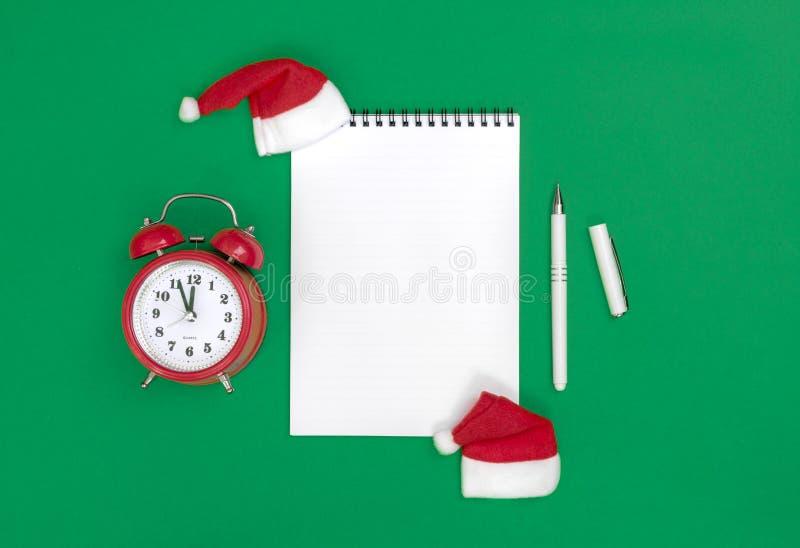 Composizione piana in disposizione del buon anno della cartolina con il rotolo e la decorazione di Natale sul fondo di colore ver fotografia stock