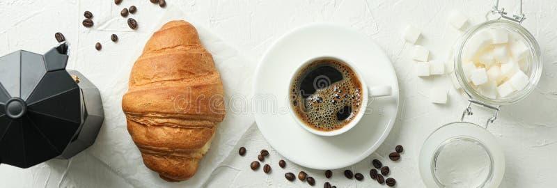 Composizione posta piana con gli accessori di tempo del caffè su fondo bianco fotografia stock libera da diritti