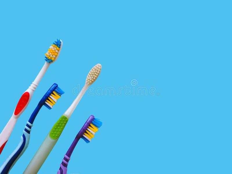 Composizione posta piana con gli spazzolini da denti manuali su fondo blu Spazzolino da denti e dentifricio in pasta vista op, di immagini stock libere da diritti