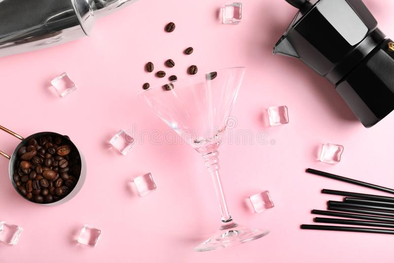 Composizione posta piana con i chicchi di caffè, i cubetti di ghiaccio e le attrezzature della barra Ricetta del cocktail dell'al fotografie stock