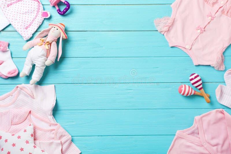 Composizione posta piana con i vestiti alla moda del bambino immagine stock