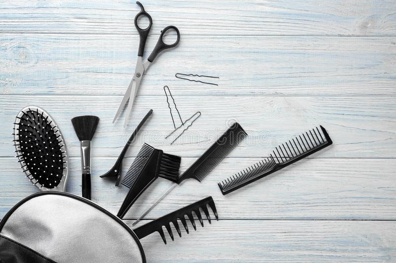 """Composizione posta piana con il parrucchiere professionista \ """"gli strumenti di s su fondo di legno fotografie stock libere da diritti"""