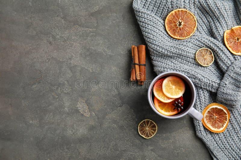 Composizione posta piana con la tazza della bevanda e dello spazio caldi di inverno per testo su fondo grigio fotografie stock