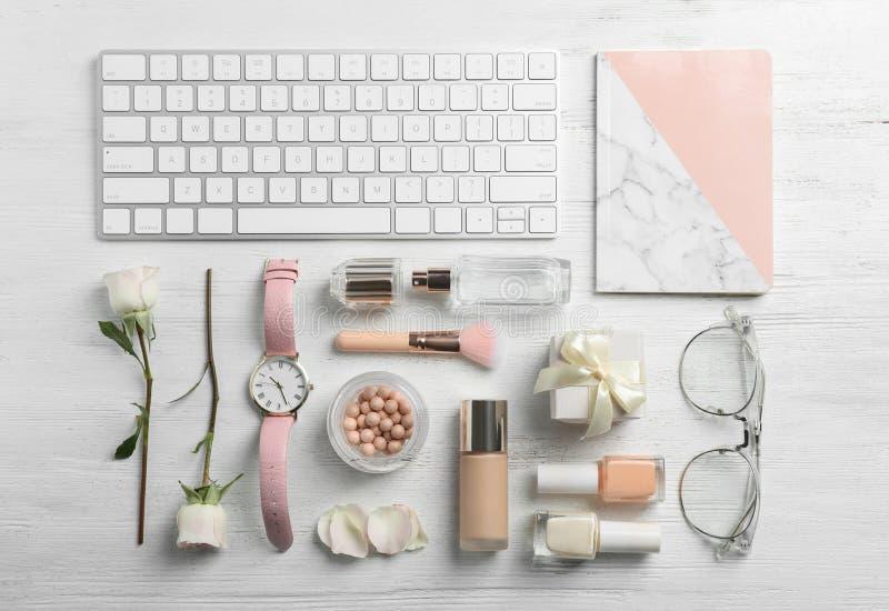 Composizione posta piana con le bei rose, cosmetici e tastiera fotografia stock