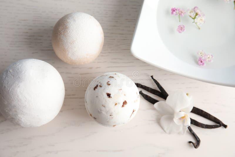 Composizione posta piana con le bombe del bagno ed i baccelli della vaniglia fotografia stock libera da diritti