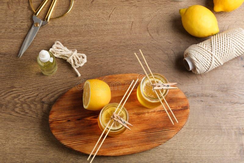 Composizione posta piana con le candele fatte a mano dell'agrume immagine stock