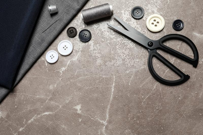 Composizione posta piana con le forbici ed altri accessori di cucito su fondo di marmo marrone, fotografie stock libere da diritti