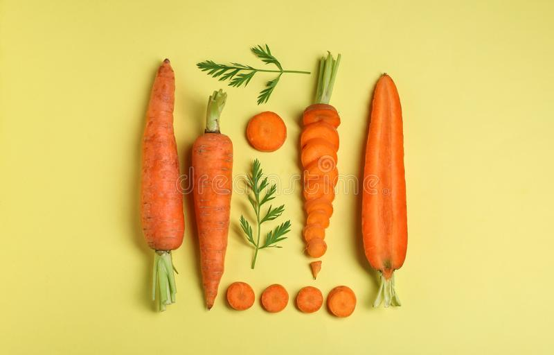 Composizione posta piana creativa con le carote mature fresche immagine stock libera da diritti
