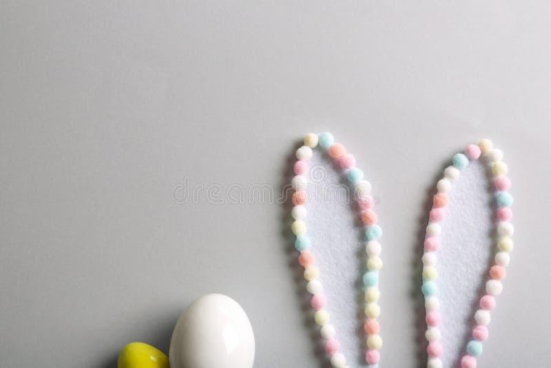 Composizione posta piana delle orecchie creative del coniglietto di pasqua su fondo leggero immagine stock libera da diritti