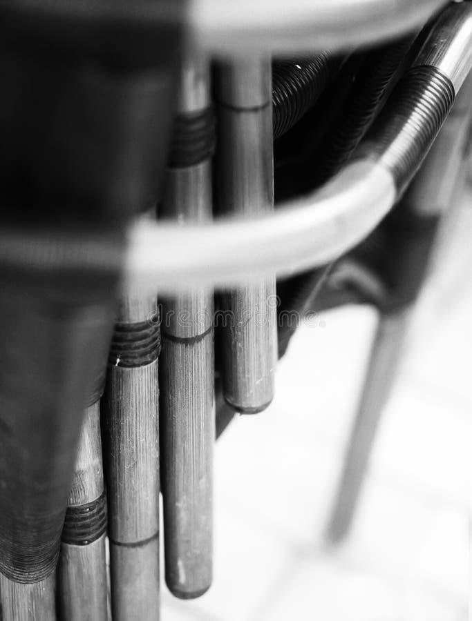 Composizione ritmica in bianco e nero delle sedie Composizione ritmica e di contrapposizione immagini stock libere da diritti