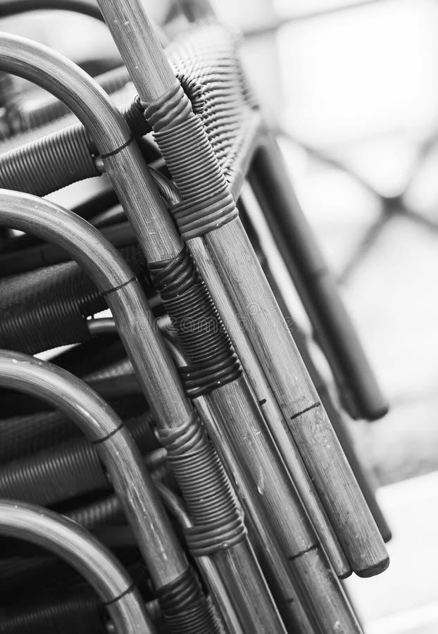 Composizione ritmica in bianco e nero delle sedie Composizione ritmica e di contrapposizione immagini stock