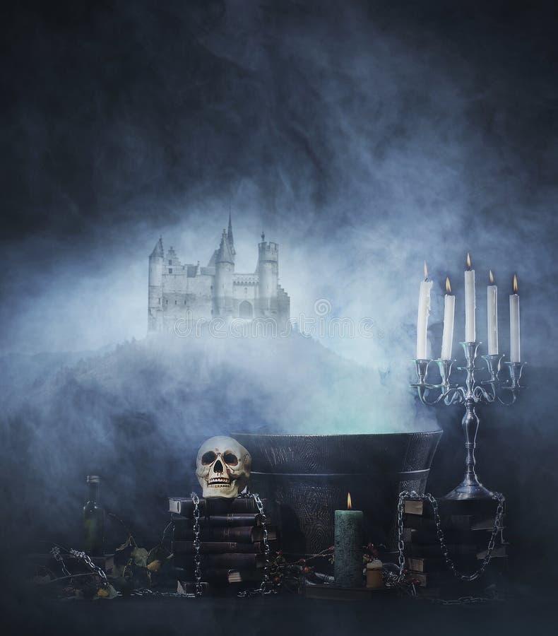Composizione in Spookey Halloween con un cranio in un torrione immagine stock libera da diritti