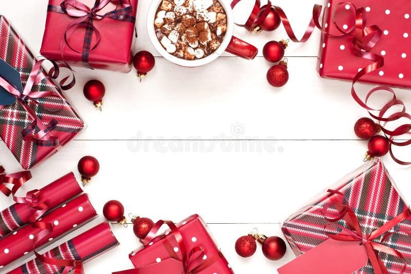 Composizione in tempo di Natale con i contenitori di regalo fotografie stock