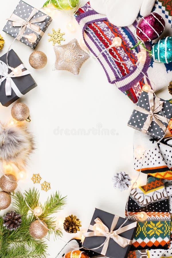 Composizione in umore di Natale con il Natale maglione, cappello, presente e luci Disposizione piana di concetto di inverno, vist fotografie stock