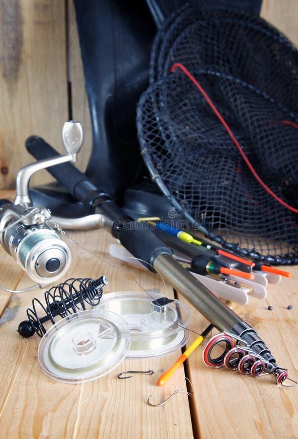 Composizione verticale in pesca con le varie attrezzature di pesca con l'amo fotografia stock libera da diritti