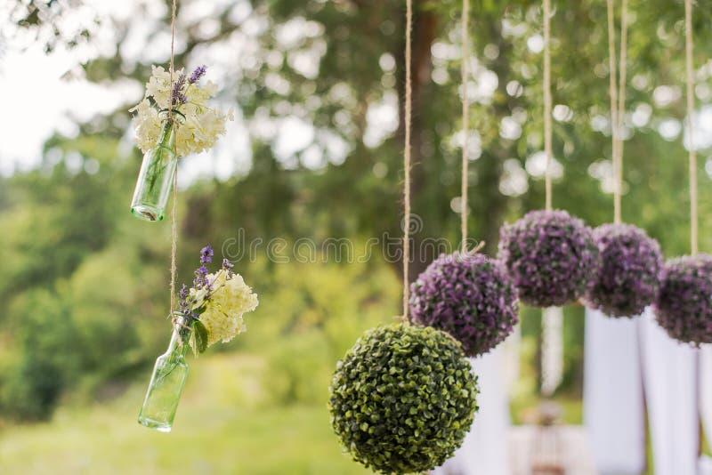 Composizioni rotonde nel fiore per la decorazione di nozze fotografie stock